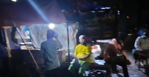 রাজধানীর পাড়া-মহল্লার গলির চায়ের দোকানে আড্ডা
